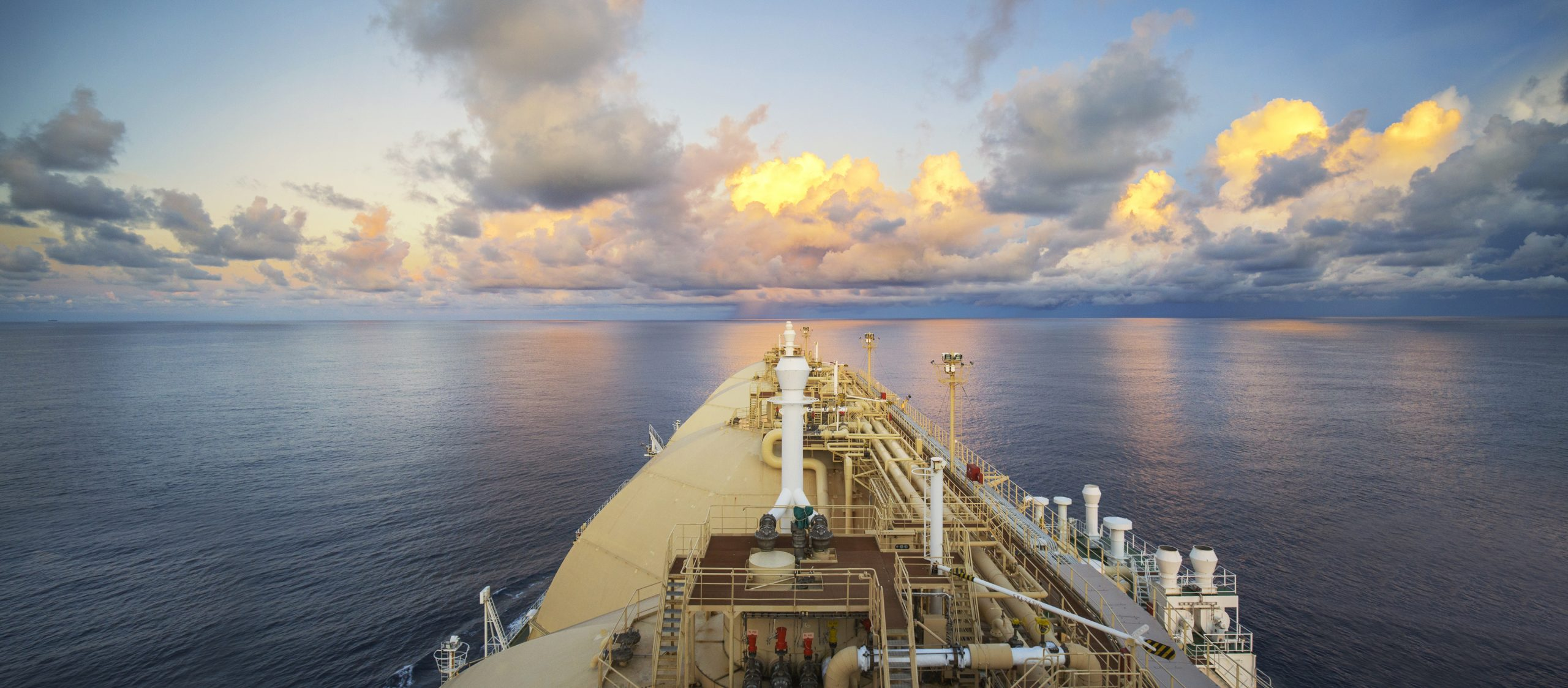 LNG portfolios: to hedge or not to hedge?